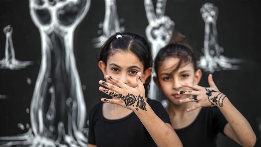 """""""نقش الحناء"""".. لوحات فنية تزين أيادي الفتيات الفلسطينيات"""