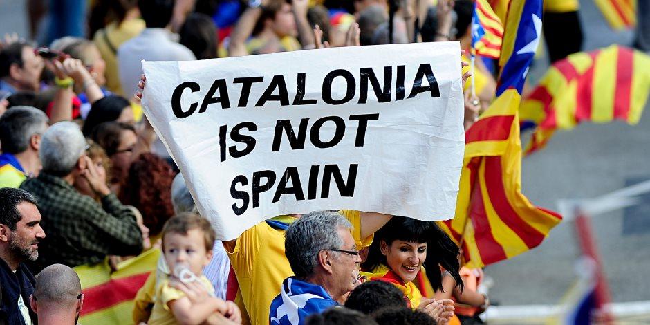 كتالونيون يشاركون بسحب نقدي واسع من بنوك رئيسية بأسبانيا