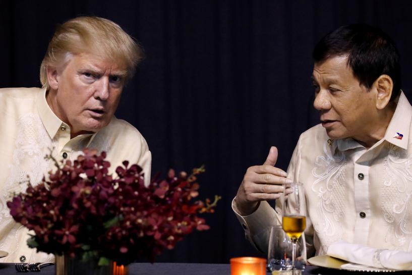 الرئيس الفلبيني يغني اغنية رومانسية  بأمر ترامب!!