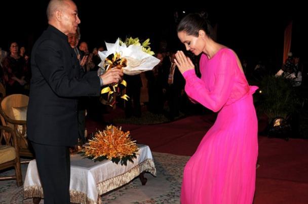 انجلينا جولي تنحني لملك كمبوديا