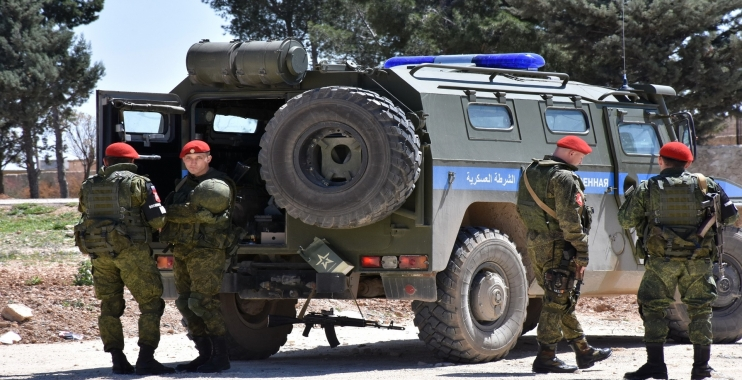 الشرطة الروسية تضرب ضابط بجيش الأسد أمام الناس في دمشق