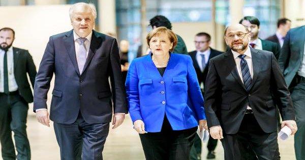 ميركل تقدم دفعة جديدة لإصلاحات منطقة اليورو قبيل قمة أوروبية