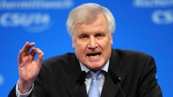 زيهوفر يواصل ضغوطه على ميركل في الخلاف حول سياسة اللجوء