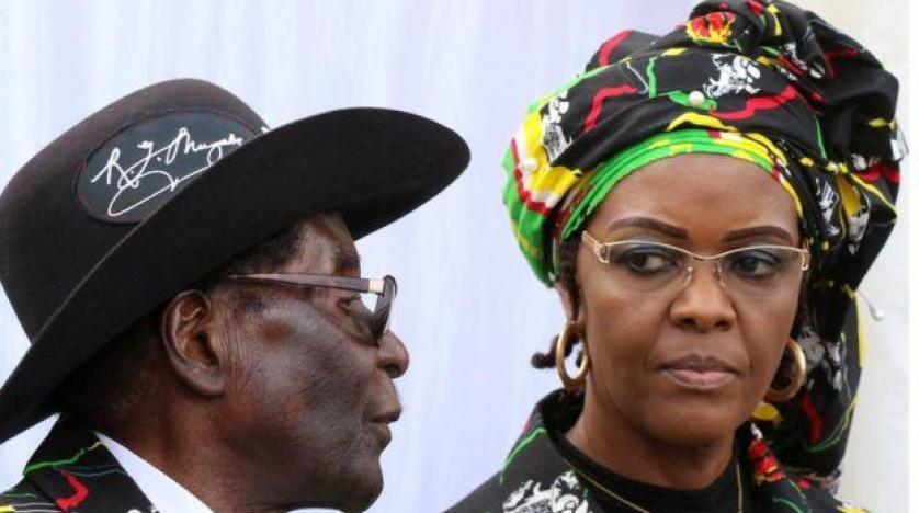 الناخبون في زيمبابوي يقترعون بأول انتخابات يغيب عنها موجابي