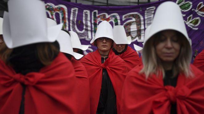 """""""قصة خادمة"""" تصبح رمزا لاحتجاجات النساء حول العالم"""