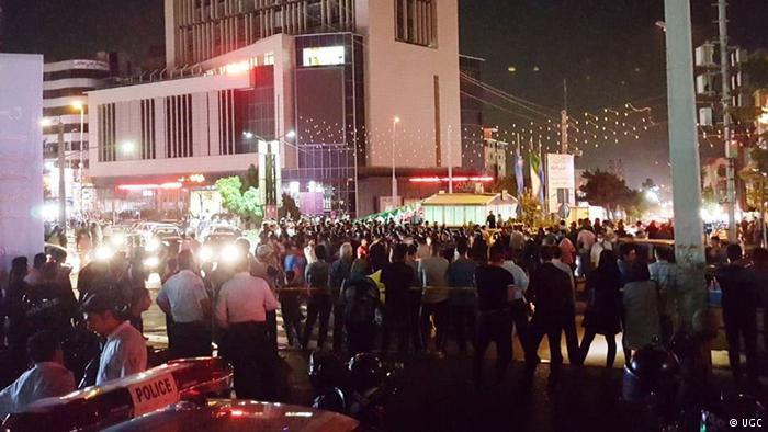متظاهرون إيرانيون يهاجمون مدرسة دينية قرب طهران
