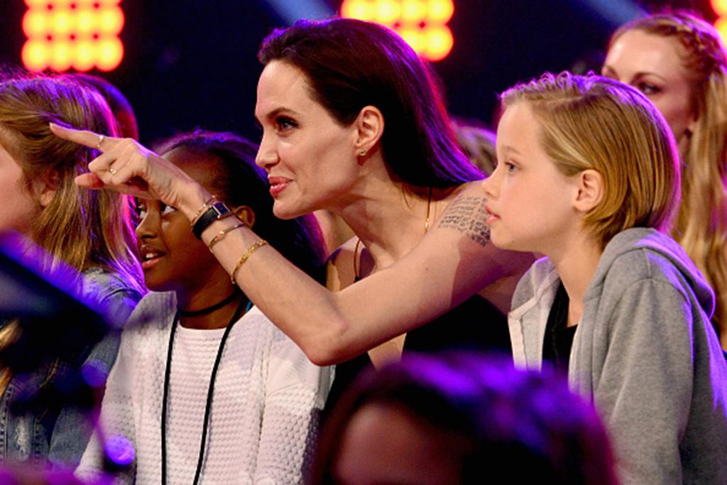 """أنجلينا جولي تتهم براد بيت بعدم دفع نفقة """"كافية"""" لدعم أطفالهما"""