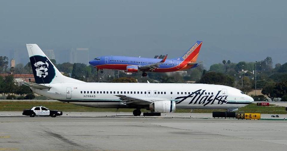 موظف يسرق طائرة من مطار سياتل الدولي ويحطمها بجزيرة أمريكية