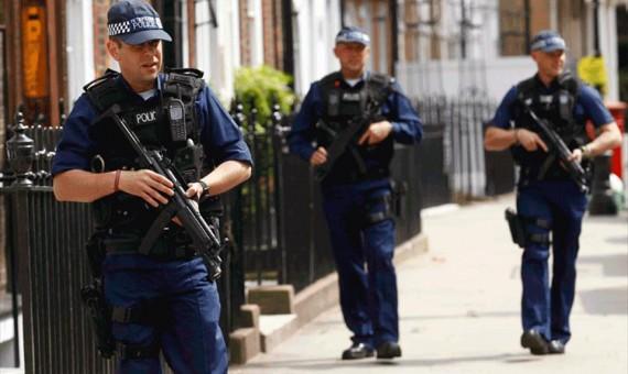 الشرطة البريطانية تحقق بشن هجمات بالمنجنيق على مسجدين