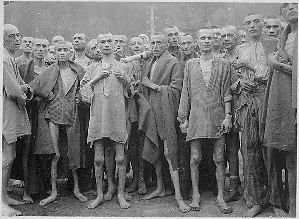 معتقلون يهود في معسكر اوشفيتز