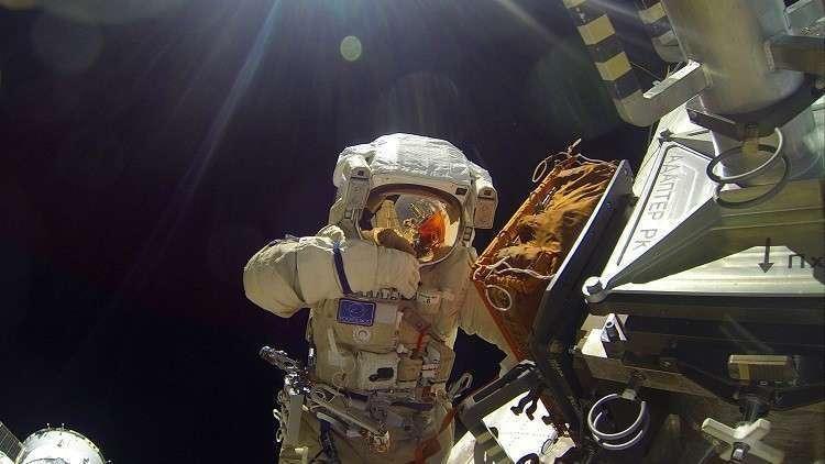 رائدا فضاء سويوز يخرجان من كبسولتهما بعد الهبوط الاضطراري