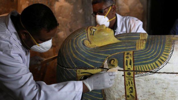 الكشف عن مقبرة أثرية تعود إلى عصور مصر القديمة