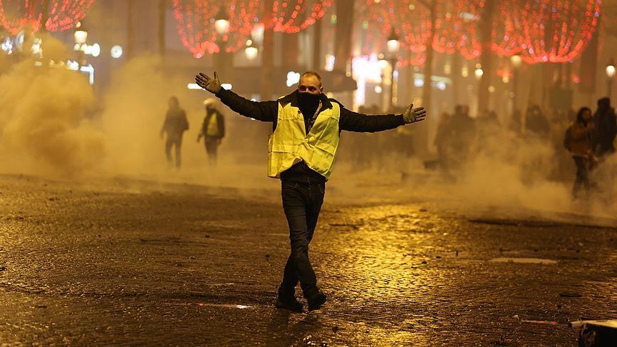 """غالبية الفرنسيين يدعمون حركة """"السترات الصفراء"""""""