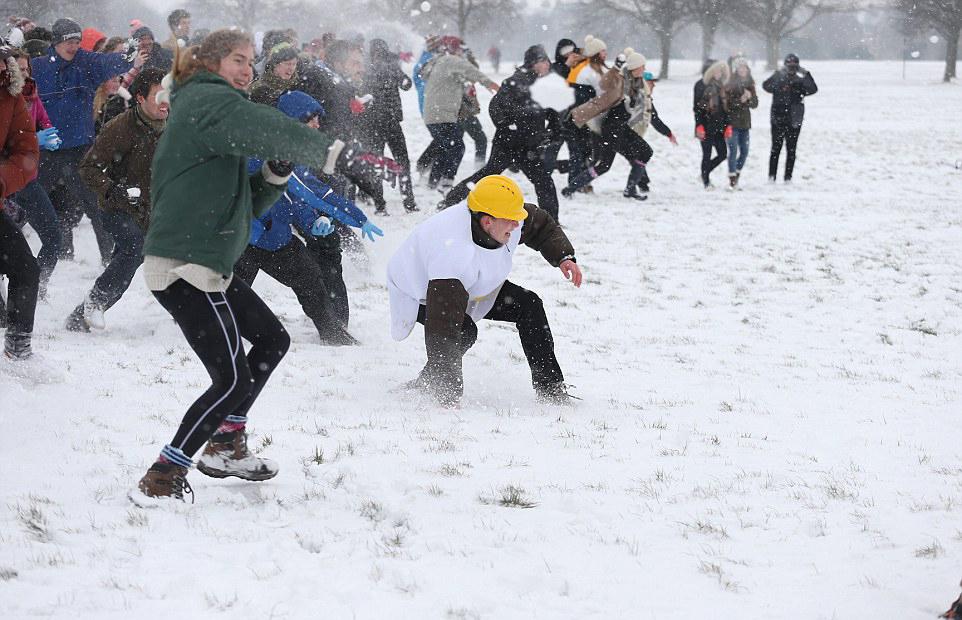 تلميذ أمريكي يلغي حظر 100 سنة يمنع قذف الآخرين بكرات الثلج