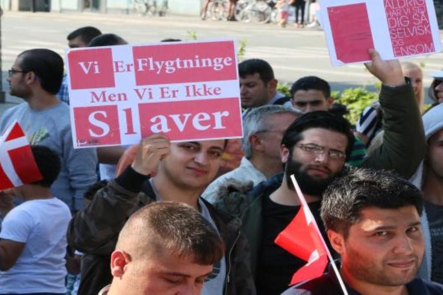 سوريون يتظاهرون في الدنمارك احتجاجاً على إلغاء الإقامة الدائمة