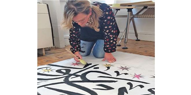 فنانة إيطالية تحول الخطوط العربية إلى لوحات فنية