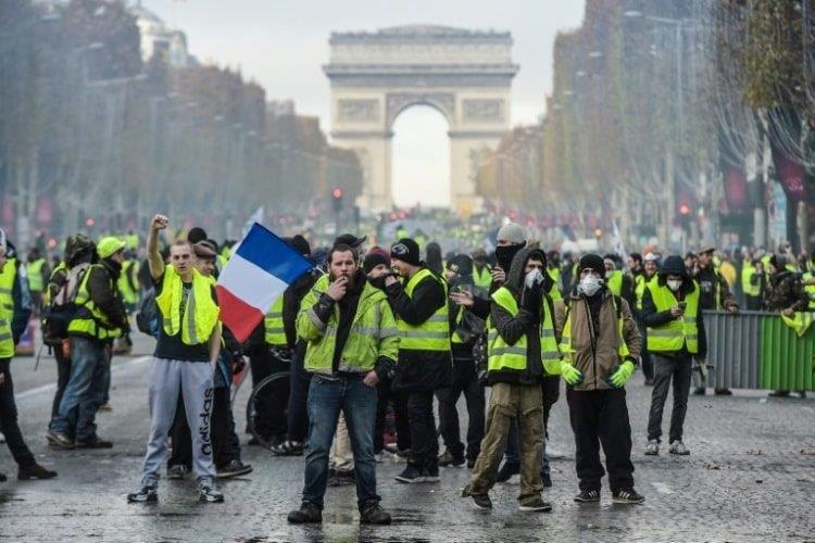 اشتباكات لحركة السترات الصفراء مع الشرطة الفرنسية