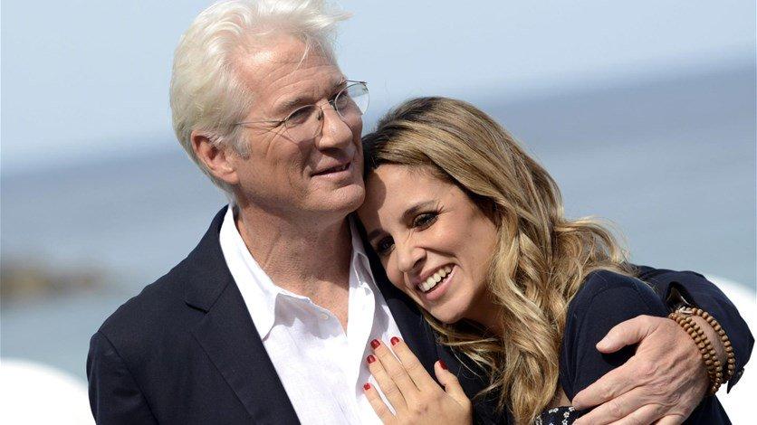 ريتشارد جير يستقبل طفله الأول من زوجته اليخاندرا سيلفا