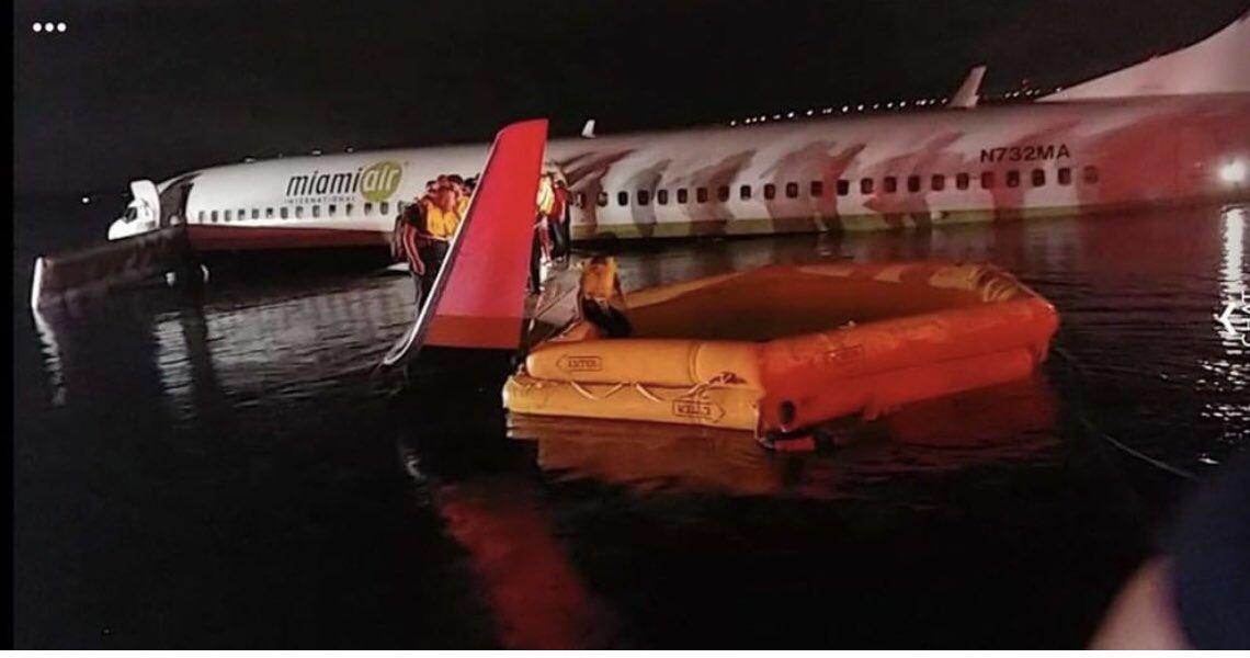 انزلاق طائرة ركاب لدي هبوطها من المدرج إلى نهر في أمريكا