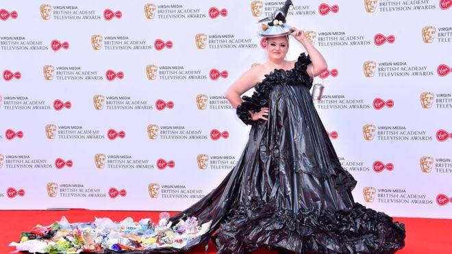 ديزي ماي كوبر ترتدي فستان من القُمامة في حفل البافتا