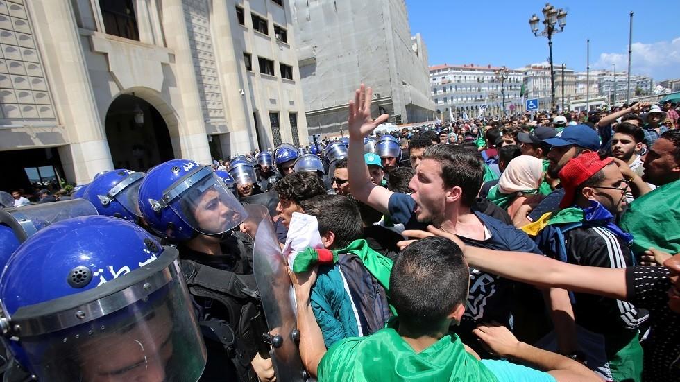 جزائريون يحتشدون وسط العاصمة مرددين شعارات رافضة للانتخابات