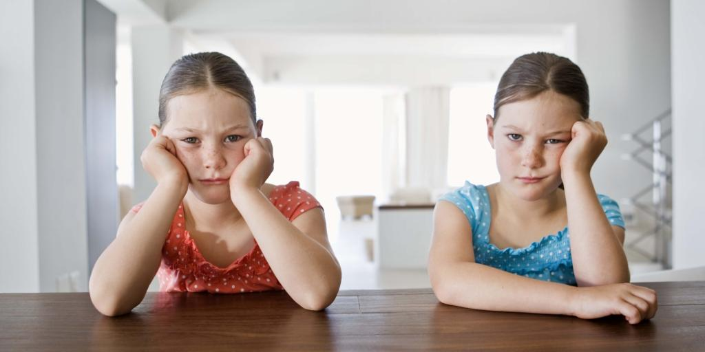 استطلاع: الآباء لا يرون مانعا في أن يشعر أطفالهم بالملل أحيانا