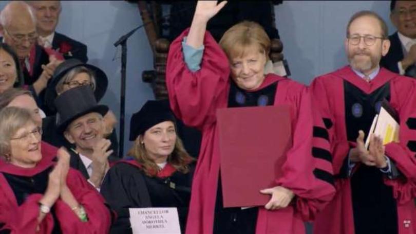 ميركل تتسلم الدكتوراه الفخرية من جامعة هارفارد