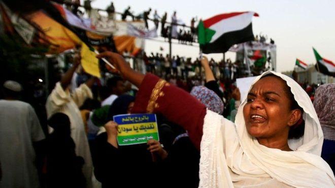 "مشاهدات من ميدان الثورة في السودان ..""لقد بدأت لتوها"""