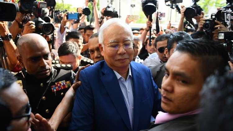 رئيس الوزراء الماليزي السابق نجيب يمثل للمحاكمة بتهم فساد