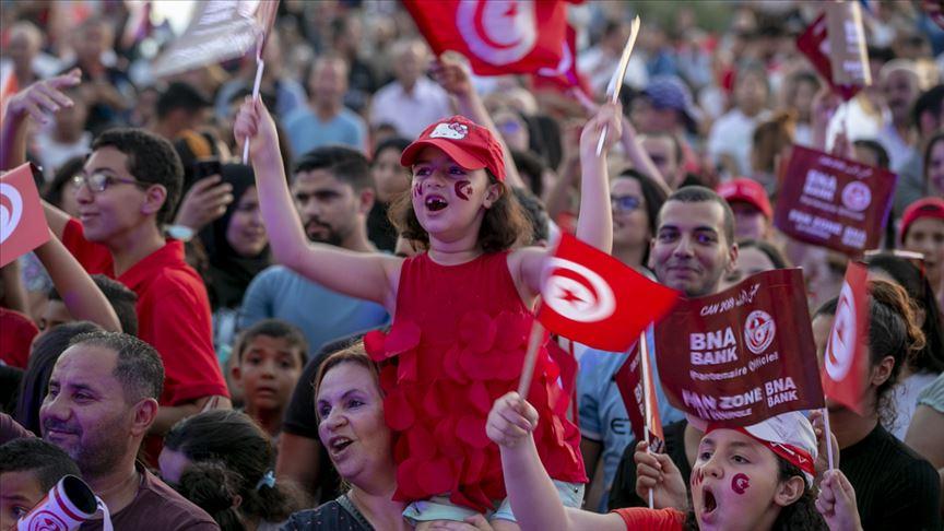 """التونسيون يعلنون بـ """"الثلاثة"""":""""الليلة عيد"""""""