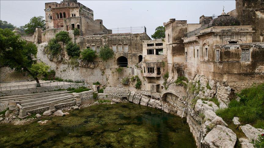 """بحيرة """"أمريت كوند"""" في باكستان.. يقدسها أتباع ثلاث ديانات"""