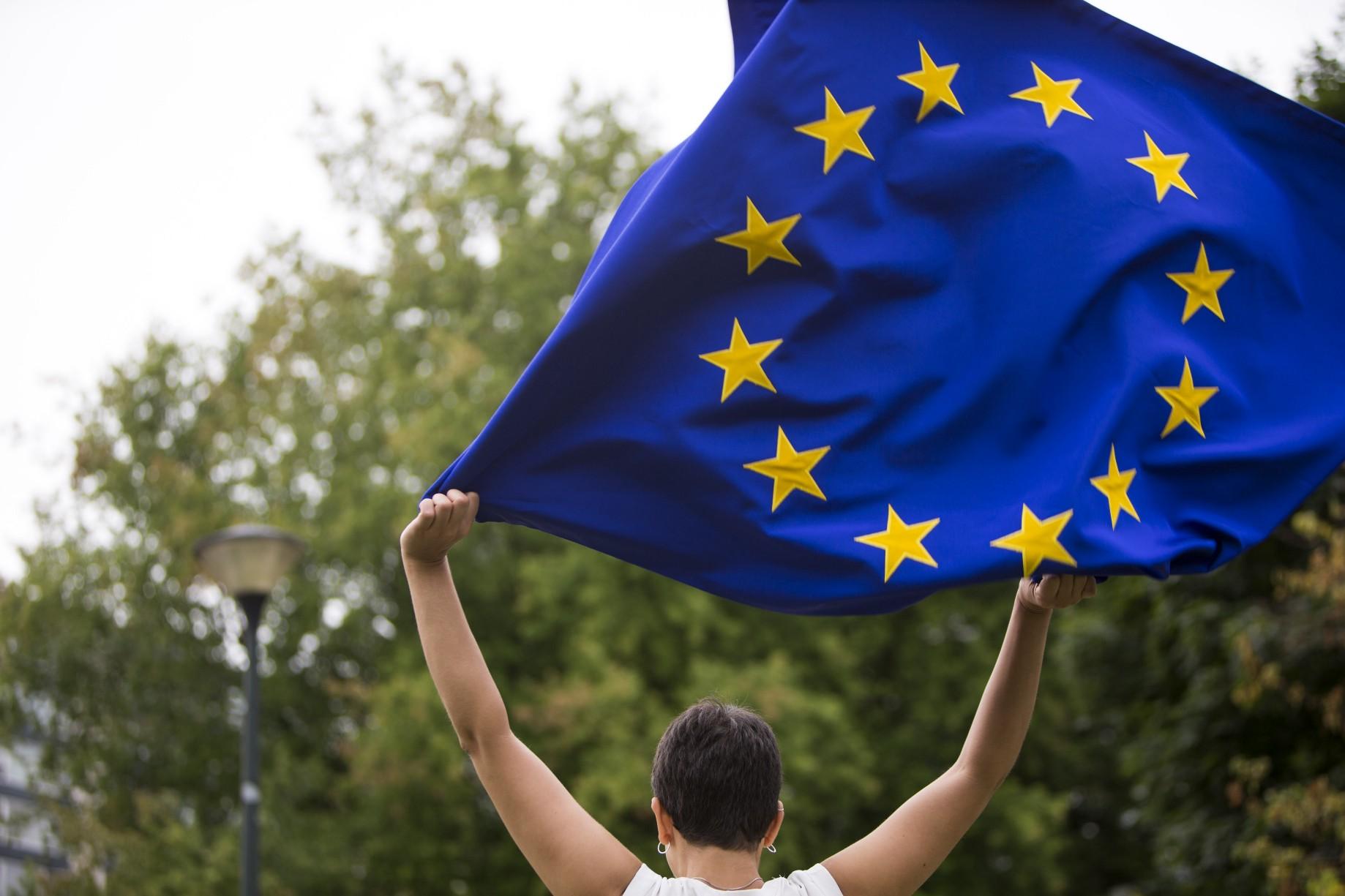 استطلاع رأي : نظرة الأوروبيين للاتحاد باتت أكثر تفاؤلاً