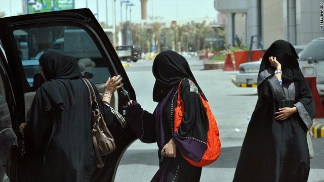 السعودية تطبق قرار تمكين المرأة من السفر دون موافقة ولي الأمر