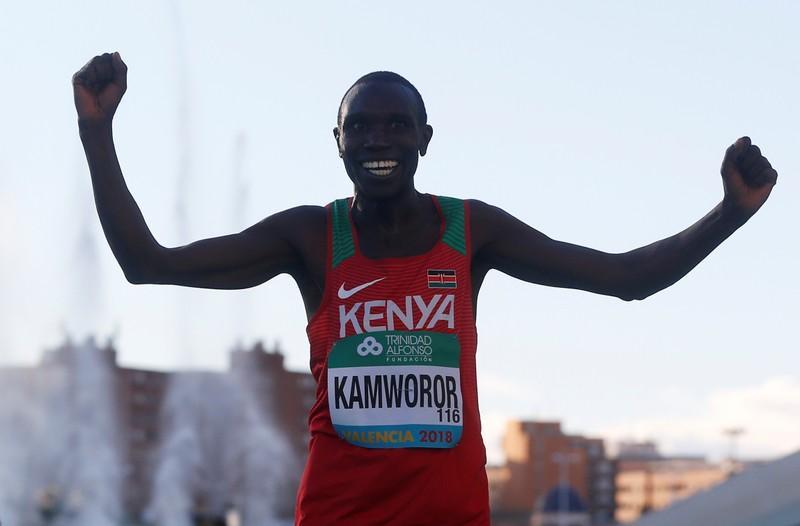 العداء الكيني كامورور يحطم الرقم القياسي بسباق نصف الماراثون