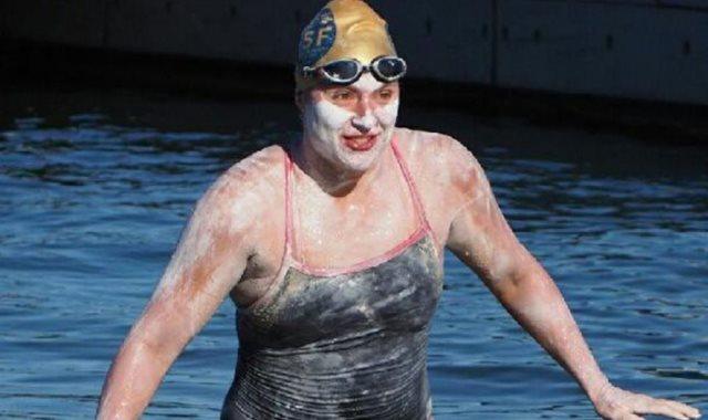 سباحة اميركية تعبر القناة الإنجليزية أربع مرات دون توقف
