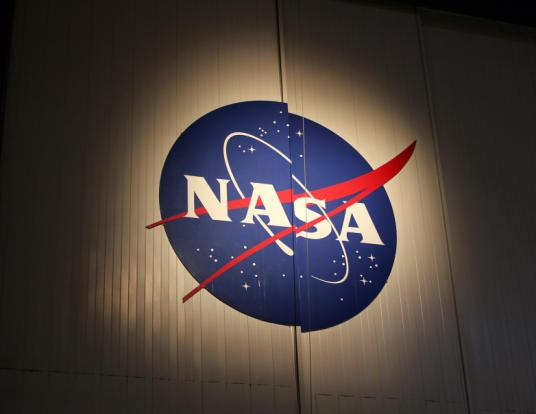 شعار وكالة ناسا للفضاء يكتسب شهرة واسعة في عالم الأزياء