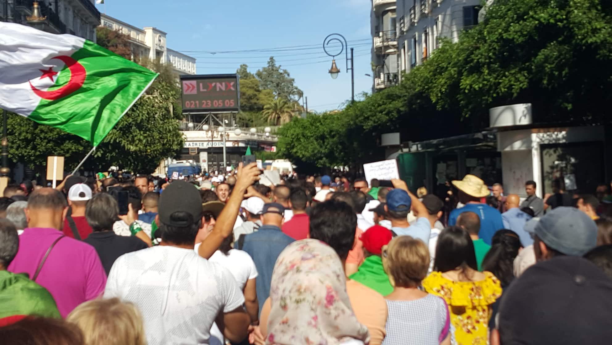 الجزائريون يباركون الديمقراطية في تونس ويطالبون بمدنية الدّولة
