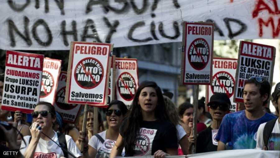 اشعال النيران بالعديد من محطات المترو بتشيلي وسط احتجاجات