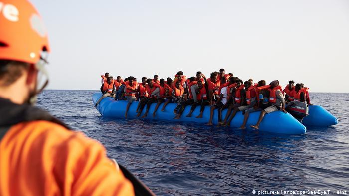 سفينتان تنقذان نحو 300 مهاجر قبالة سواحل شمال ليبيا