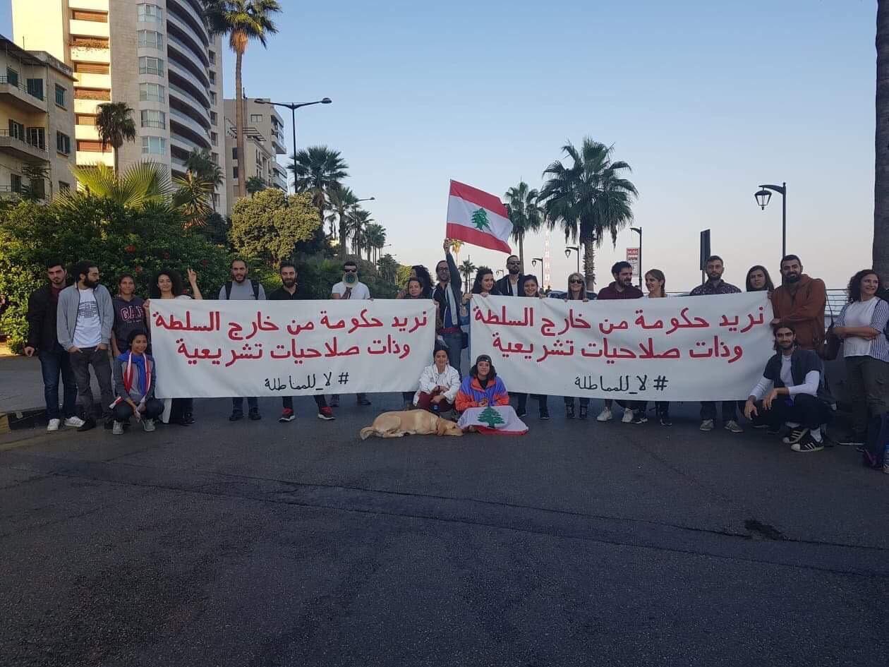 قطع طرق في طرابلس ودعوات لإضراب وتظاهرات في لبنان