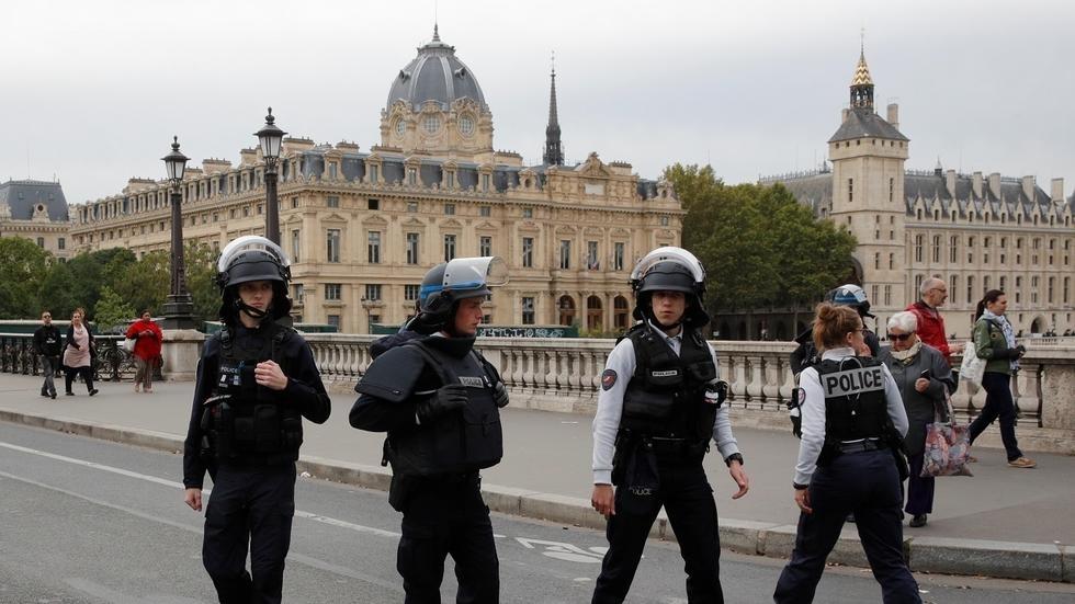 شرطة باريس تقتل رجلا يحمل سلاحا أبيض بحي تجاري في العاصمة