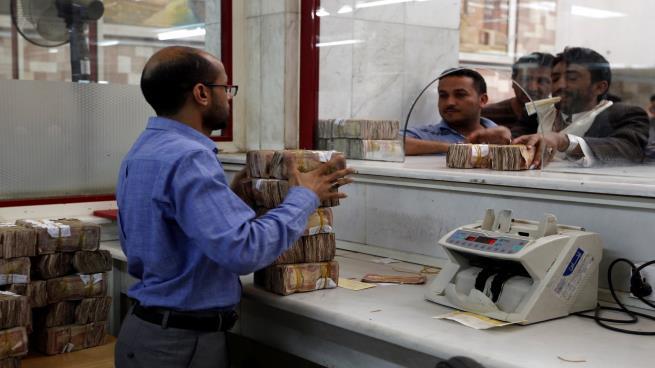 حظر تداول العملة الجديدة يفاقم الأوضاع الإنسانية لسكان اليمن