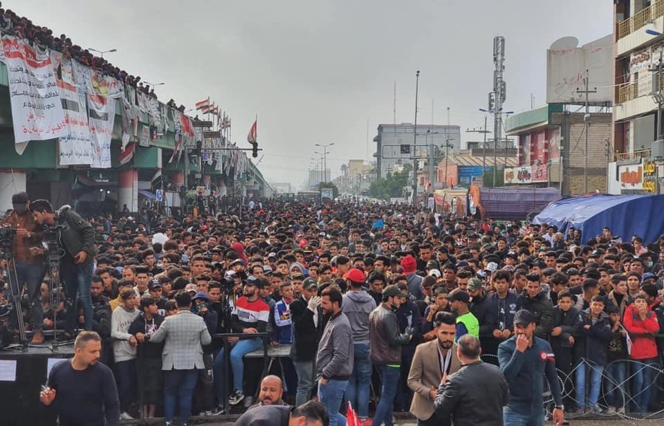 العراقيون يتدفقون إلى ساحات التظاهر وينددون باستهداف المتظاهرين