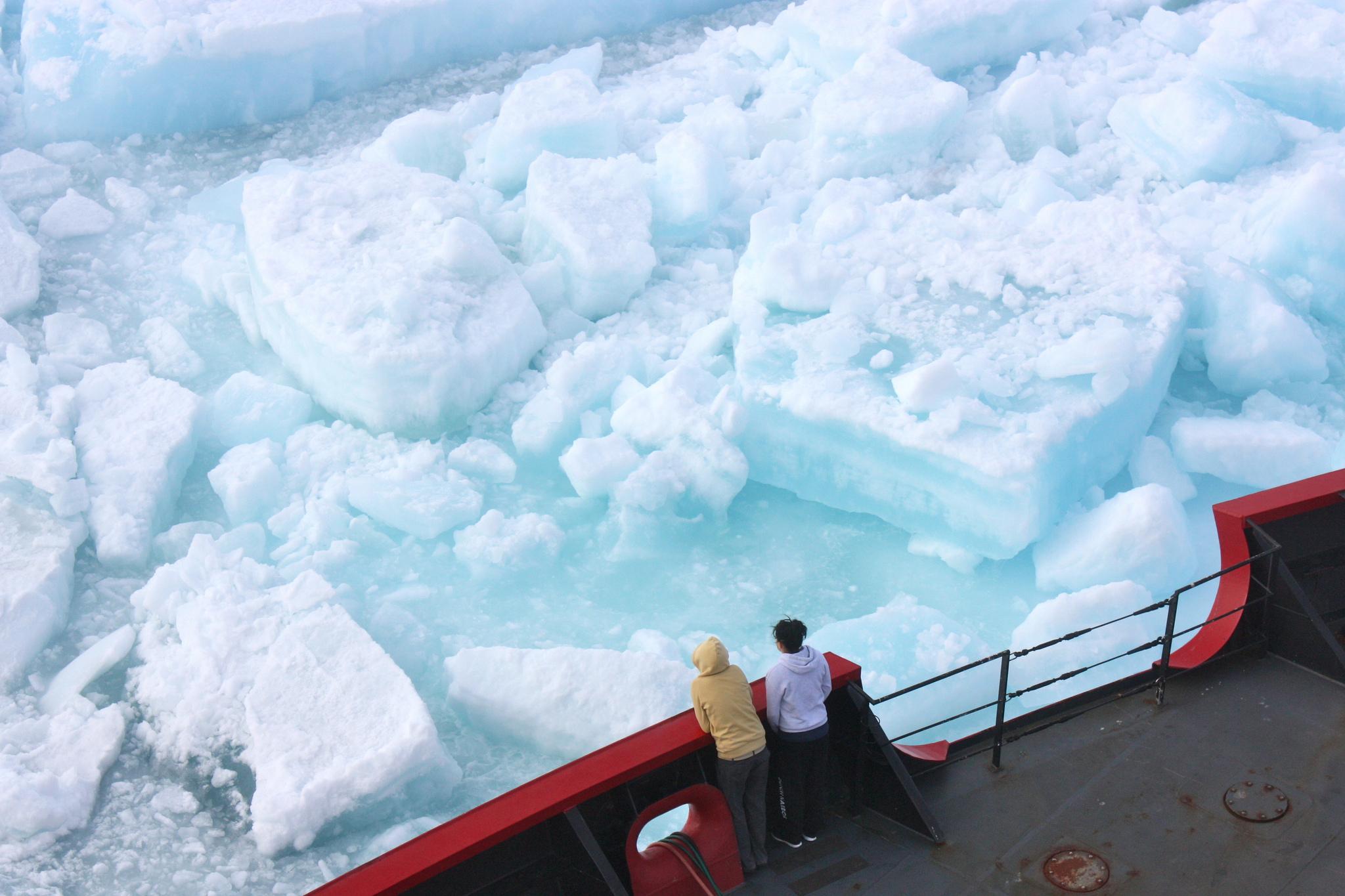 .باحثون ألمان يتناوبون العمل بكشافات ضوئية في القطب الشمالي
