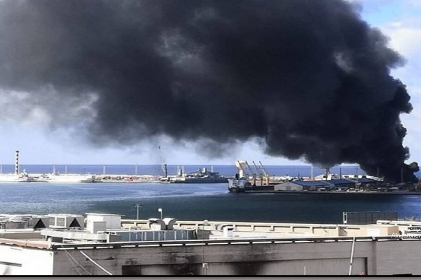عملية الكرامة تعلن استهداف مستودع أسلحة بميناء طرابلس