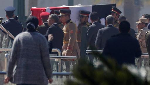 سوزان تنعي مبارك والسيسي يتقدم جنازته العسكرية