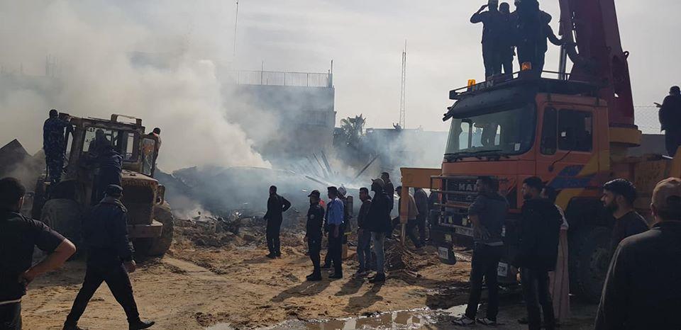 وفاة 4 فلسطينيين وإصابة 50 جراء حريق بسوق شعبية في غزة