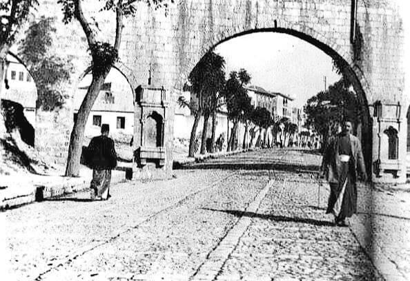 □ شارع أبي الفداء □  الصورة في اتجاه الشمال نحو قلعة حماة  جهة الشرق على يمين الناظر و جهة الغرب على يسار الناظر