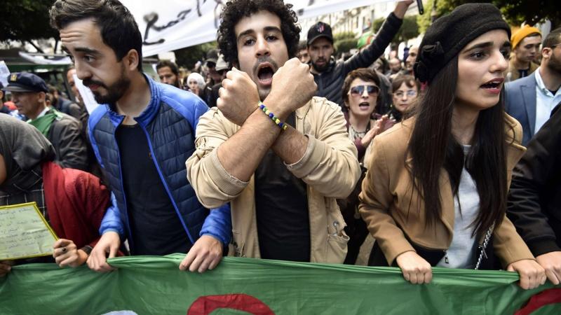 فيروس كورونا يضرب تقاليد الجزائريين في مقتل ويتهددهم بالفقر