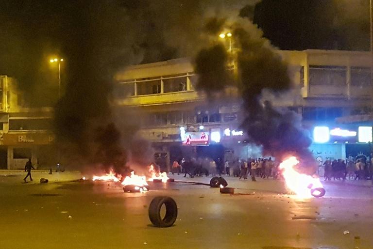 لبنان: محتجون يضرمون النيران بمصارف في طرابلس